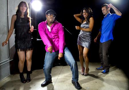 t�nzerin: coole Leute tanzen in einer Diskothek oder Bar-Lounge