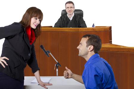 verweerder met advocaat spreken voor een rechter in de rechtszaal