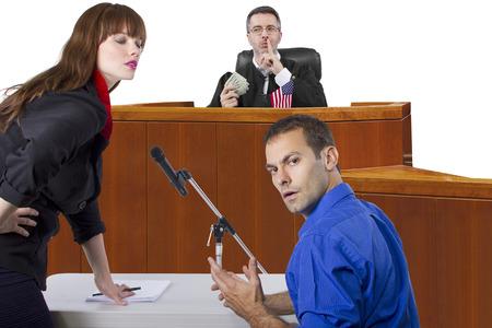 corrupte rechter die smeergeld in een oneerlijk rechtszaal proces