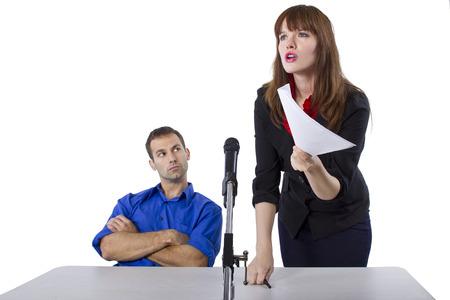vrouwelijke advocaat van mannelijke klant in een terechtzitting