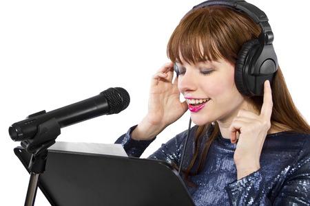 여자가 노래를 부르거나 목소리로 대본을 읽는 중이다.