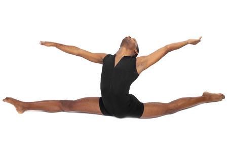 ballet hombres: masculino del bailar�n de ballet calentamiento y mostrando flexibilidad en el fondo blanco