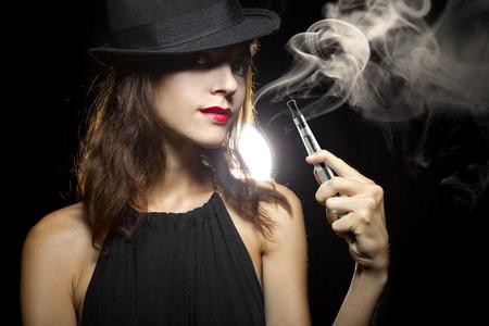 vrouw roken of vaping een elektronische sigaret met tabak stoppen