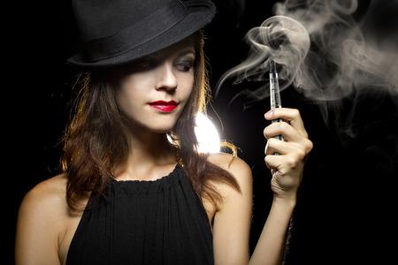 女性の喫煙または vaping 電子タバコ タバコを終了するには 写真素材 - 34319088