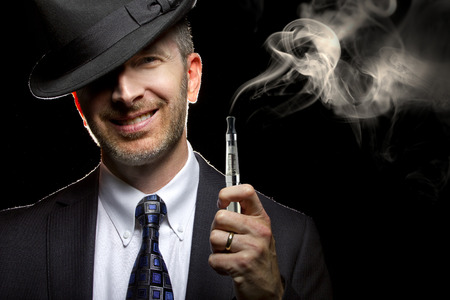 Maschio fumare una sigaretta vapore come alternativa al tabacco Archivio Fotografico - 34320744