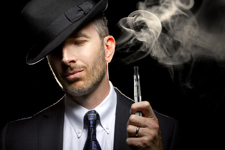 Mannetje roken van een sigaret damp als alternatief voor tabak Stockfoto - 34320747