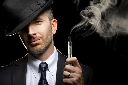 hombre fumando: Hombre Fumar un cigarrillo vapor como una alternativa al tabaco