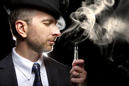 Maschio fumare una sigaretta vapore come alternativa al tabacco Archivio Fotografico - 34320749