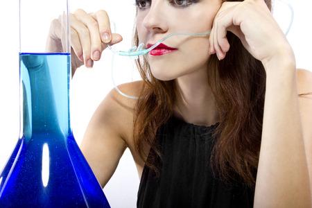 oxygen: Mujer inhalando oxígeno aromatizado con cánula y agua perfumada