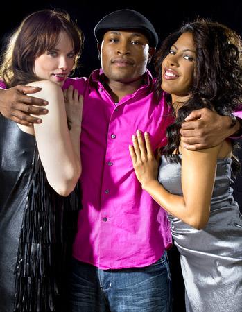 charmante alleenstaande man met twee vrouwen in een nachtclub Stockfoto