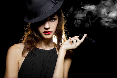 e cig: femenino vaping un cigarrillo electr�nico como una alternativa saludable