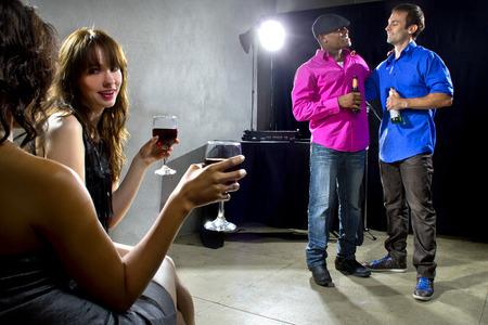 socializando: beber multitud mixta y socializar en un club nocturno