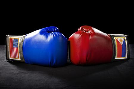 arte marcial: guantes de boxeo o artes marciales engranaje sobre un fondo negro Foto de archivo