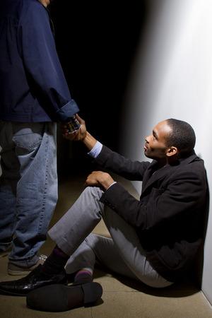 personas ayudando: el hombre ayuda a un compa�ero deprimido, ofreciendo una mano amiga