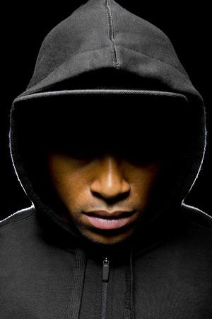 Portret van een hooded zwarte man moe van rassendiscriminatie Stockfoto