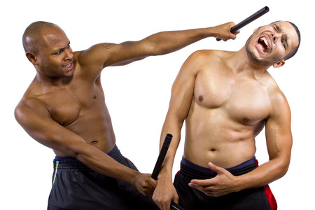 artes marciales: dos artistas marciales sparring con Kali Escrima o Arnis