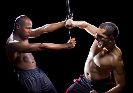 artes marciales: dos hombres de sparring con el palillo de la lucha contra el filipino artes marciales Foto de archivo