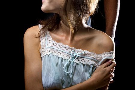 sexuel: Homme oppressive derrière une femme victime de violence ou de violence conjugale