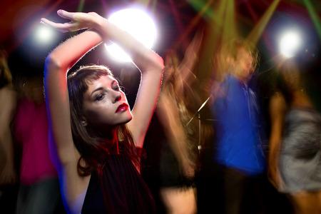 酔って女性のナイトクラブでダンス、麻薬や飲酒に高