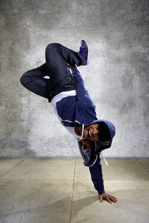 joven negro masculino de hip hop bailando en un entorno urbano