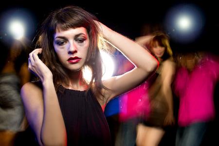 Slordige dronken of vrouwelijke hoog op drugs in een nachtclub