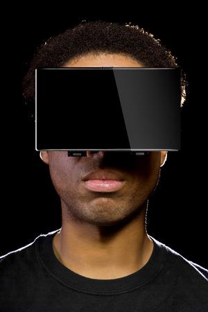 jugando videojuegos: Auriculares de realidad virtual en un macho negro jugando juegos de video