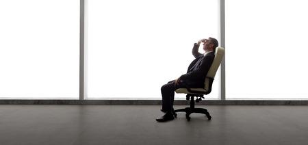 ejecutivo en oficina: Hombre de negocios en una oficina vacía para un inicio o el fracaso y la quiebra