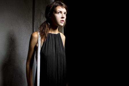jonge vrouwelijke lopen verloren en alleen in een donkere enge straat steegje