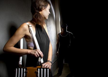 defensa personal: mujer que usa un pepperspray para la autodefensa contra asaltante en un callej�n oscuro
