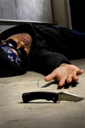 gang: hombre en un callej�n de la calle mat� con un cuchillo y v�ctima de la violencia de las pandillas