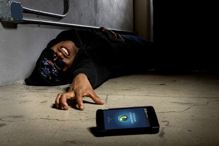 emergencia medica: Gángster Asaltado pidiendo ayuda o emergencia médica con un teléfono celular
