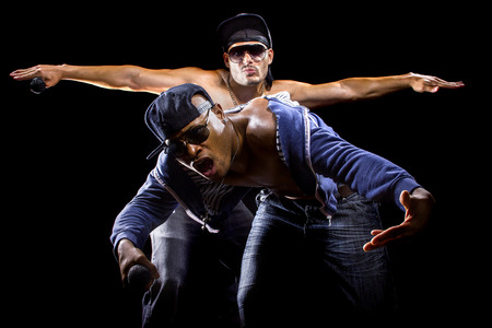 seins nus: Rap concert avec deux hommes torse nu musclé avec microphones Banque d'images