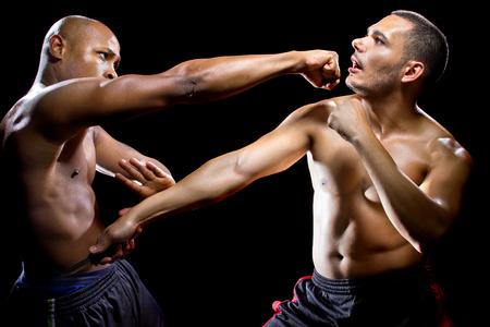 defensa personal: Instructor de artes marciales que demuestra la autodefensa contra un ataque con arma blanca Foto de archivo
