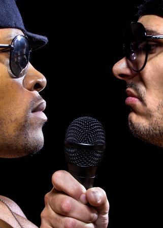 raperos: Hip hop subcultura batalla entre dos raperos con micrófonos Foto de archivo