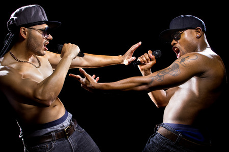 raperos: Hip hop subcultura batalla entre dos raperos con micr�fonos Foto de archivo
