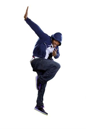 Black urban break danser draagt een blauwe trui met capuchon en springen Stockfoto
