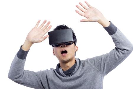 jugando videojuegos: Man wearing virtual reality goggles watching movies or playing video games