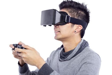 jugando videojuegos: El hombre que llevaba gafas de realidad virtual ver pel�culas o jugar juegos de video Foto de archivo