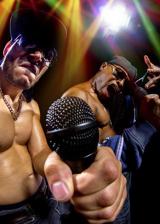 raperos: Los raperos tienen un hip hop concierto de m�sica con micr�fonos Foto de archivo