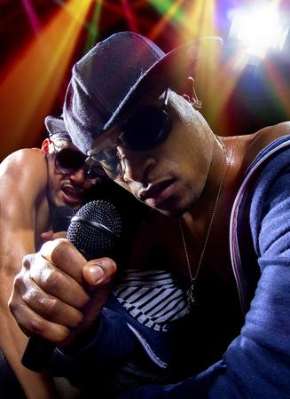 raperos: Los raperos tienen un hip hop concierto de música con micrófonos Foto de archivo