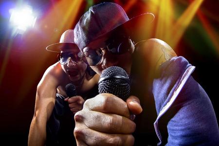 cantando: Los raperos tienen un hip hop concierto de m�sica con micr�fonos Foto de archivo