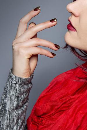 chicas guapas: Mujer con el pelo rojo y una bufanda que muestra el arte de u�as esmalte o el dise�o de manicura