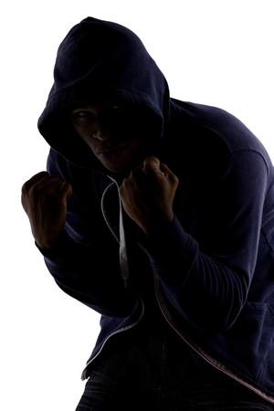 mixed martial arts: Silueta de un hombre en una postura de combate por la pr�ctica de boxeo de sombra Foto de archivo