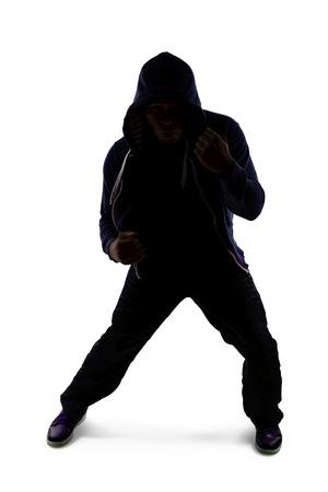 artes marciales mixtas: Silueta de un hombre en una postura de combate por la pr�ctica de boxeo de sombra Foto de archivo