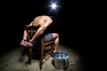水責めの残酷な尋問手法で処罰される囚人 写真素材 - 56065464