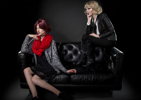 ashamed: estilo femenino modesta molesto o avergonzado de su hermana más joven moda punk