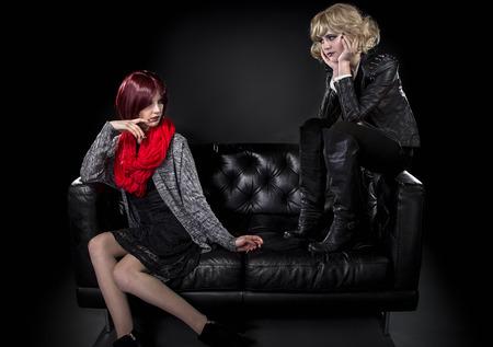 avergonzado: estilo femenino modesta molesto o avergonzado de su hermana más joven moda punk