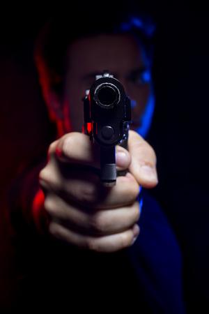 Funcionario o penal con una pistola iluminadas con luces de la policía Foto de archivo - 61691408