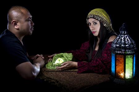 psychic: lectura psíquica con un adivino y el cliente supersticiosa. Astrología. Divinidad.