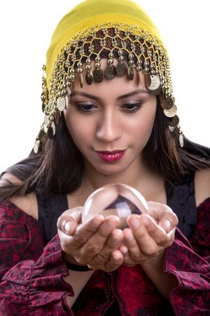女性占い師または複合材料のための明確な水晶玉で精神のクローズ アップ。 顔の表情は、オーブでのビジョンを見ている彼女を示します。